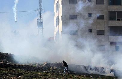 """عشرات المصابين بالغاز المسيل للدموع امام سجن """"عوفر"""" ومواجهات في """"جمعة كسر الصمت"""""""
