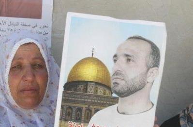 عائلة الأسير الشراونة تعلن الاضراب تضامنا مع ابنها الذي يتعرض للموت البطيء
