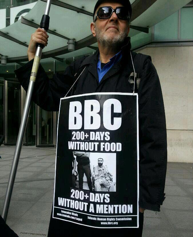 أمام مقر البي بي سي احتجاجا على تجاهل سامر العيساوي
