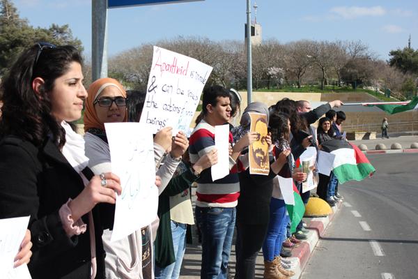 فعاليات يومية في القدس: التجمع الطلابي يتظاهر أمام مدخل الجامعة العبرية