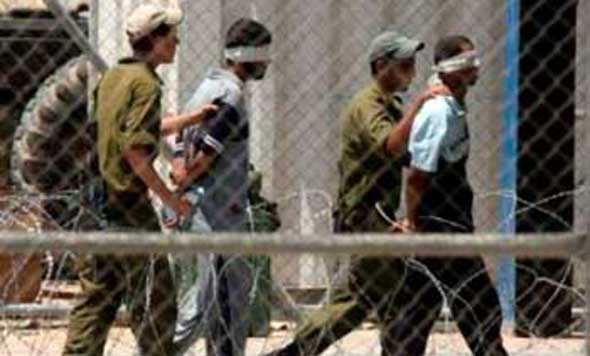 """3 معتقلين إداريين يخوضون إضرابا مفتوحا عن الطعام في """"عوفر"""" منذ 12 يوما"""