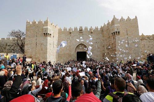 سلسلة بشرية تدعو لكسر الحصار عن القدس