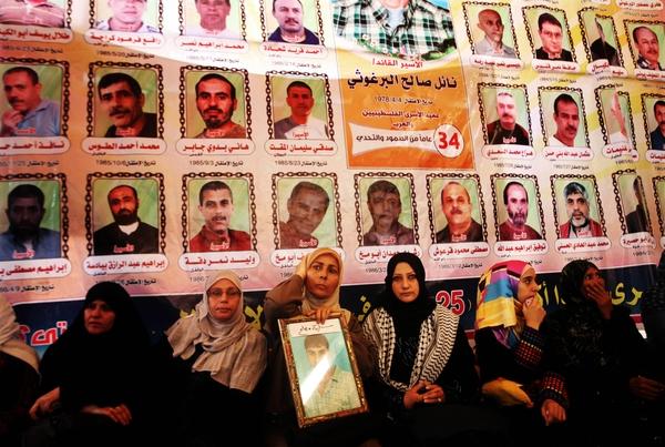 سلطات الاحتلال تمنع أهالي اسرى غزة من زيارة ابنائهم