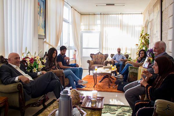 اعتقل 3 من أبنائها: غطّاس والتجمّع الطلّابيّ في زيارة لعائلة العيساوي