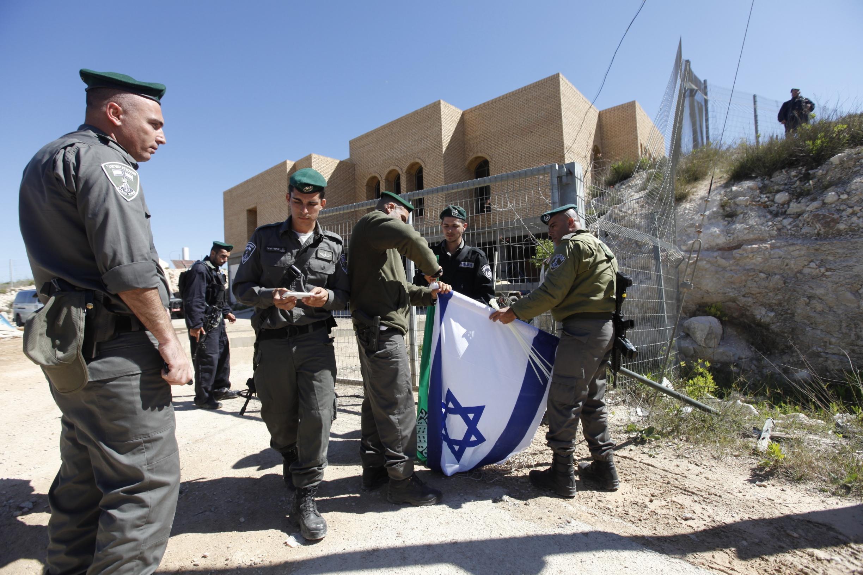 """""""هآرتس"""": استيلاء الجيش على مدرسة دينية في يتسهار فقاعة إعلامية تخدم المستوطنين"""