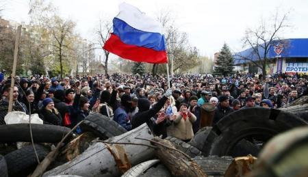 أوكرانيا تستعد لرد مسلح بعد استيلاء مسلحين موالين لروسيا على مدينة