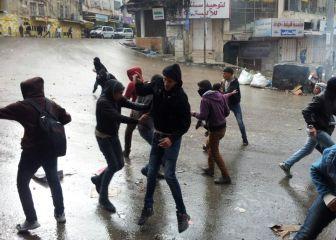 الخليل: إصابة شاب برصاصة مطاطية وحالات اختناق بالغاز في مواجهات مع جنود الاحتلال