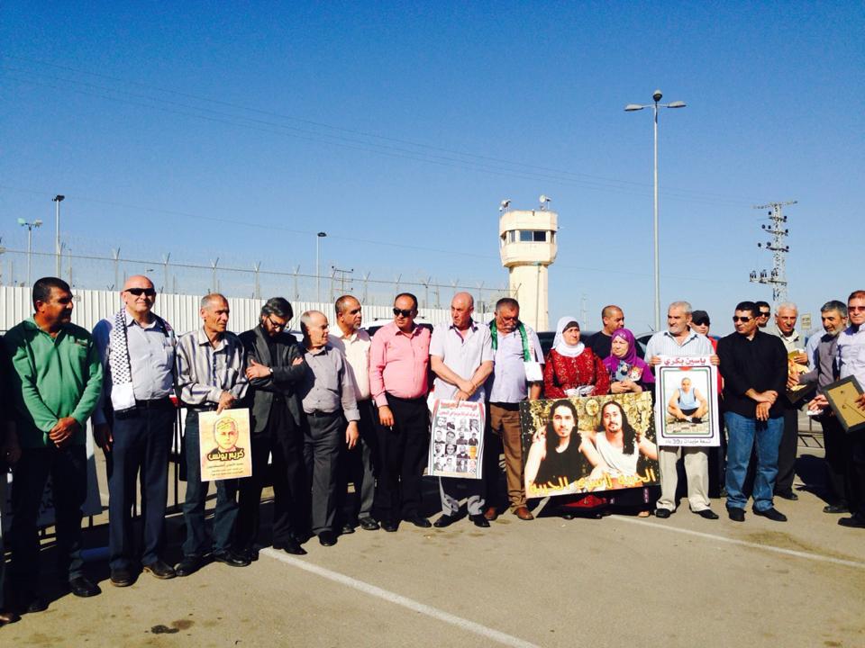 المئات يتظاهرون أمام سجن هداريم إحياءً ليوم الأسير ومطالبة بتحرير الأسرى