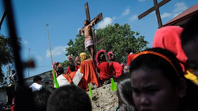 فلبينيون يصلبون أنفسهم في عيد القيامة في طقس ترفضه الكنيسة