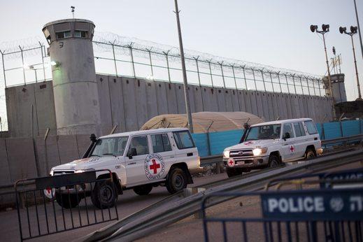 أحرار: الاحتلال يواصل عقوباته على الأسرى المضربين في عوفر والنقب
