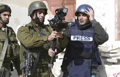 قوات الاحتلال تقمع مسيرة للصحفيين على حاجز بيت إيل قرب رام الله