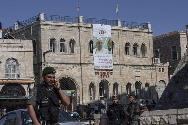 أجهزة الأمن الإسرائيلية تفرض على أربعة ناشطي يمين حبسا منزليا خلال زيارة البابا