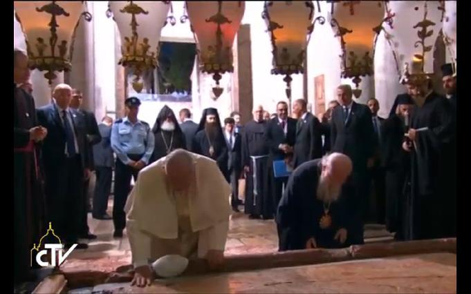 البابا يصل كنيسة القيامة ولقاء تاريخي مع البطريرك المسكوني