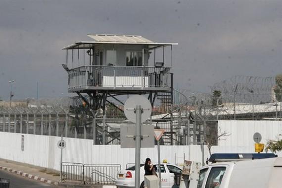 إدارة السجون الإسرائيلية تصلب الأسرى المضربين في حر شمس الصحراء