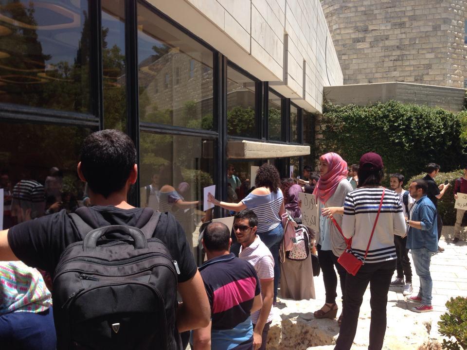 الجامعة العبريّة تستمرّ في المضايقة: الطلّاب العرب يتظاهرون دعمًا للأسرى