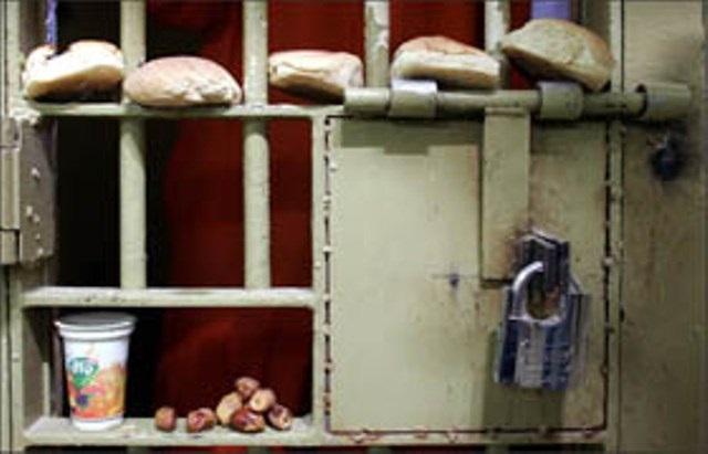 ممارسات وحشيّة ومذلّة بحقّ الأسرى المضربين عن الطعام في المستشفيات