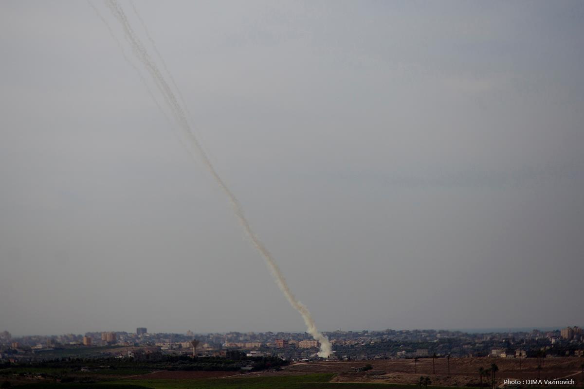 سقوط صواريخ في تل أبيب وأسدود وبئر السبع: جريح وحالات هلع
