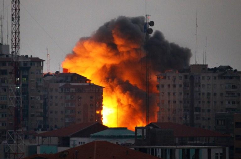 الاحتلال يدعي أنه استهدف مسؤولا في الجبهة الشعبية؛ شهيد و 11 مصابا في استهداف مركبة في غزة