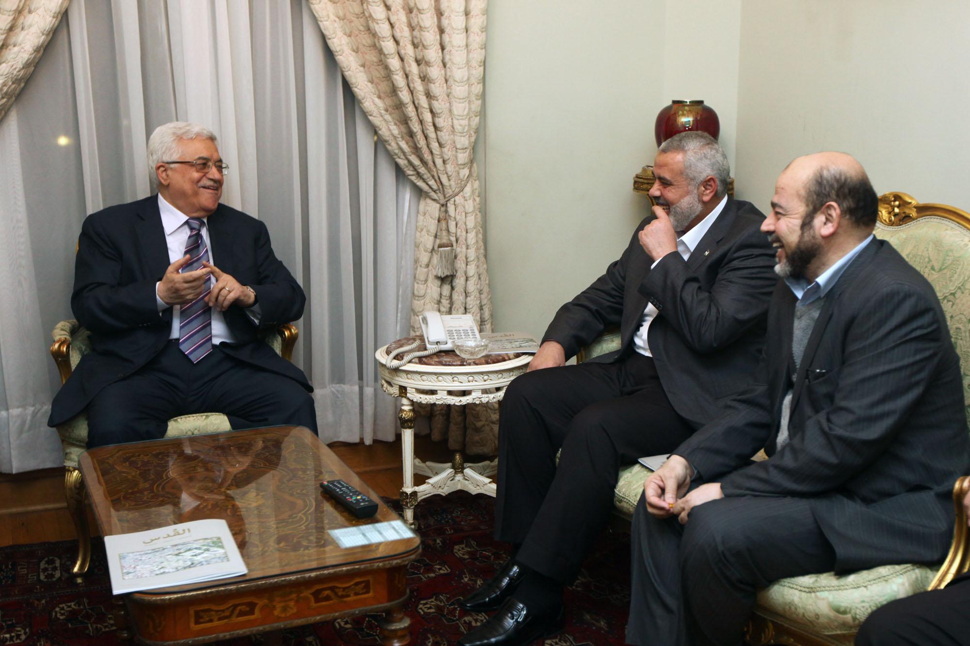 هاني المصري لـ عــ48ـرب: عباس يراهن على المفاوضات وحماس ترفض تغييبها