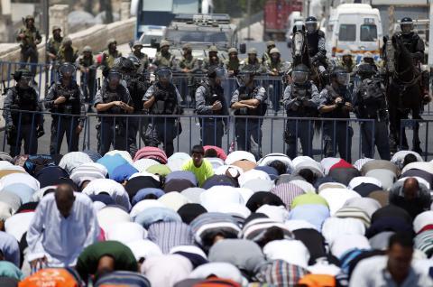 الاحتلال يحرم الآلاف من أداء صلاة الجمعة في الأقصى