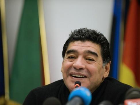 مارادونا في طريقه لتدريب منتخب فلسطين