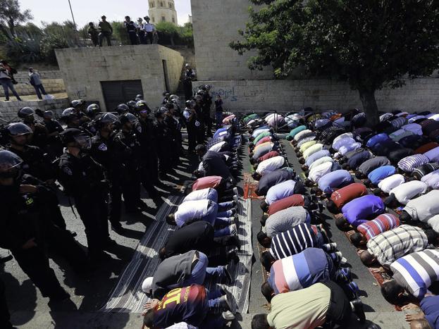الاحتلال يجعل الآلاف يؤدون صلاة الجمعة في شوارع وأزقة القدس