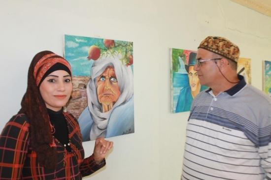 """""""إبداعات لونية"""".. لوحات متمردة في أعمال الفنانة التشكيلية ختام هيبي وطلابها"""