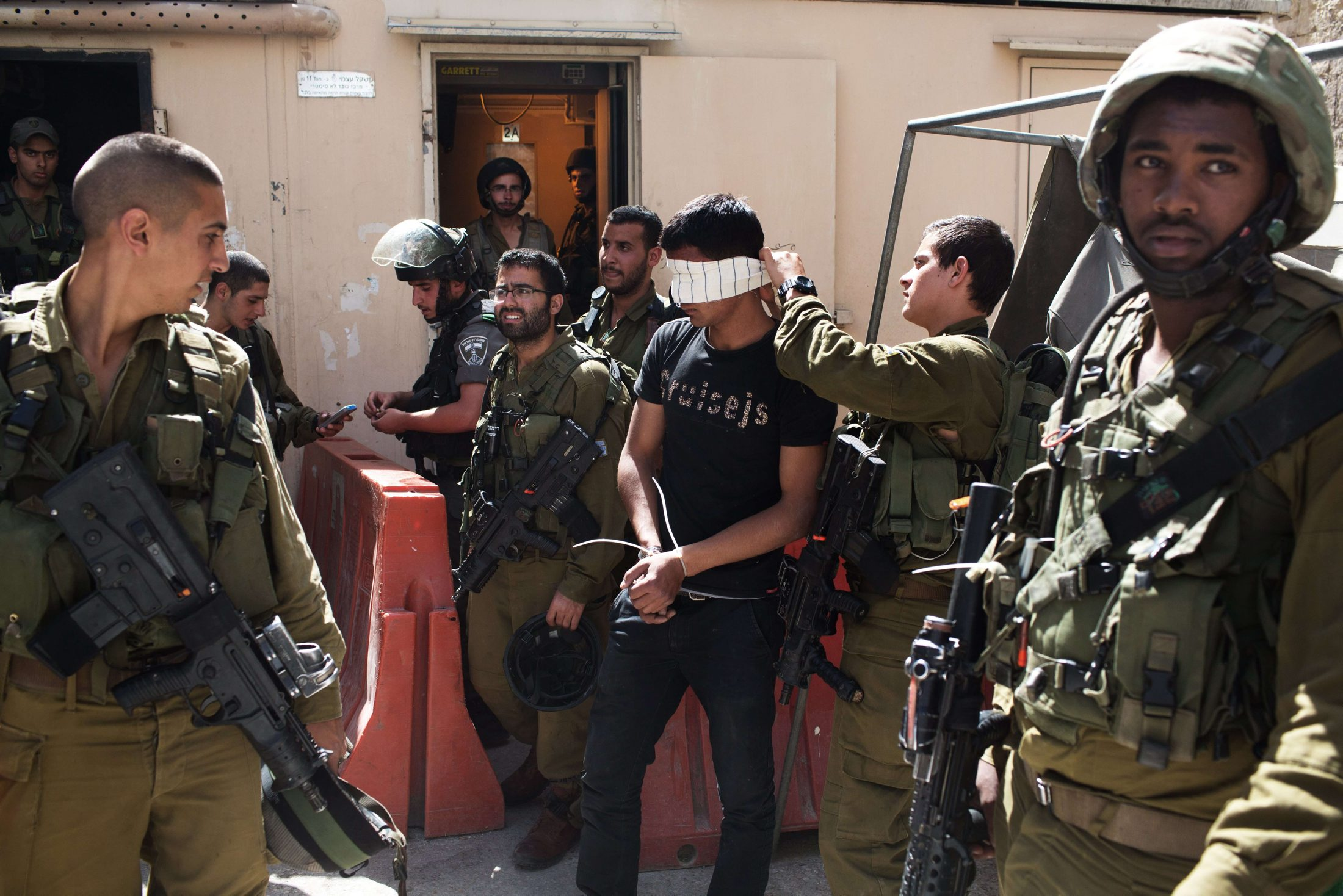 قوات الاحتلال تعتقل 6 فلسطينيين في الضفة