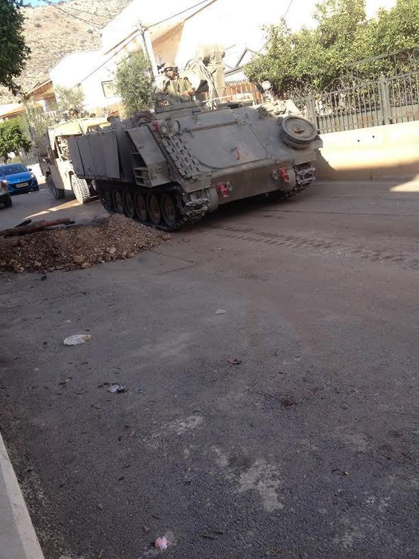 """دبابات ومدرعات عسكرية """"تجتاح"""" قرية كفر مندا"""