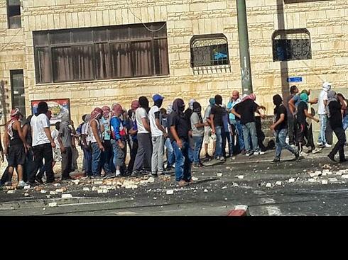 مواجهات عنيفة في مخيم شعفاط واختناق طلاب المدارس بالغاز (فيديو)
