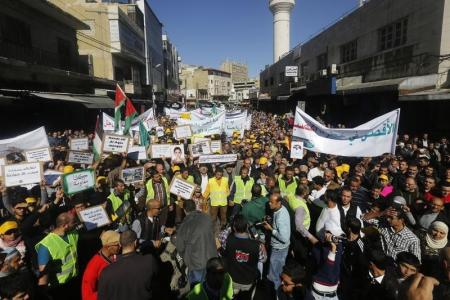 الأردنيون يتظاهرون ضد إسرائيل ويطالبون بإلغاء اتفاقية السلام