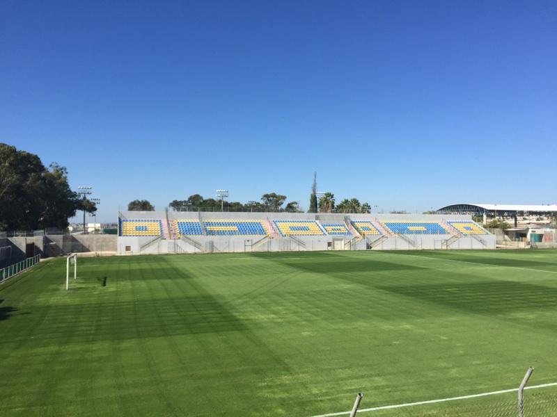 بلدية باقة تنهى العمل في زرع الملعب البلدي بالعشب الشتوي