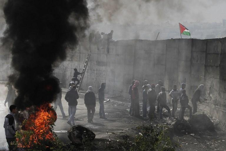 صور من المواجهات المندلعة في أبو ديس عقب استشهاد يوسف الرموني