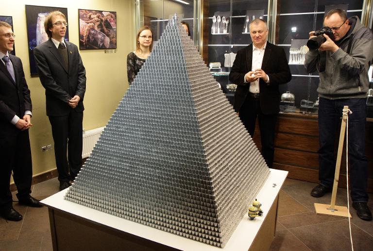 ليتوانيا تودع عملتها الوطنية بهرم مؤلف من مليون قطعة نقدية