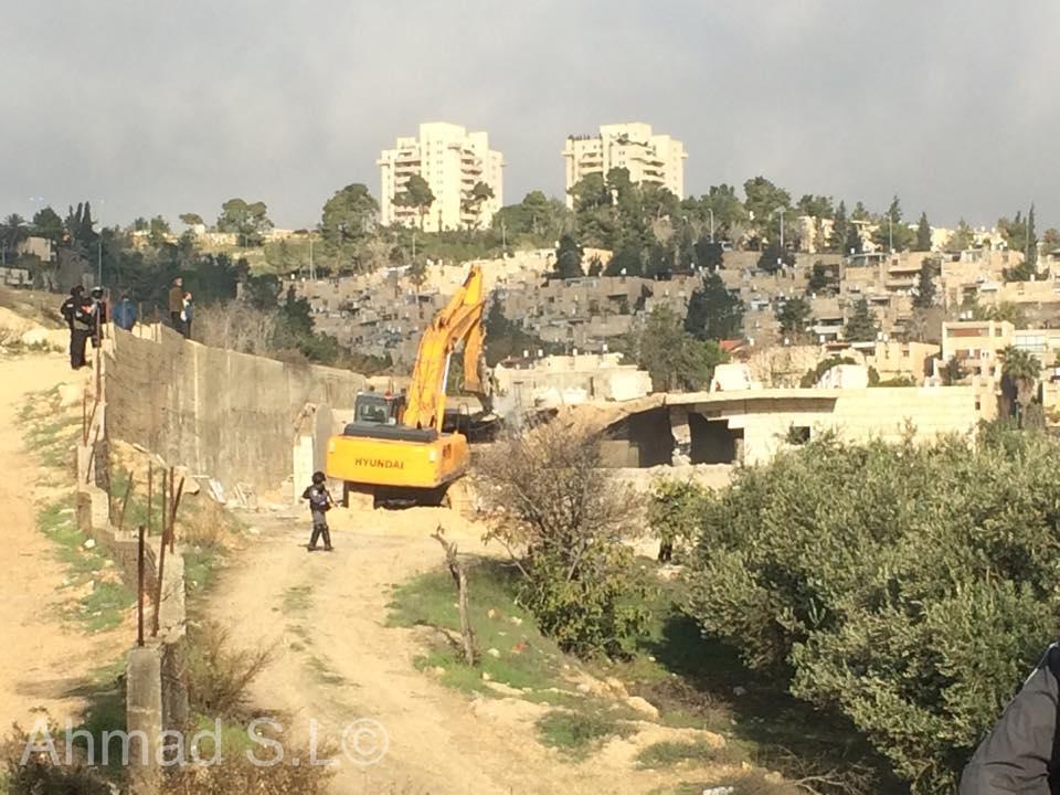 قوات الاحتلال تهدم منزلا سكنيا في العيساوية