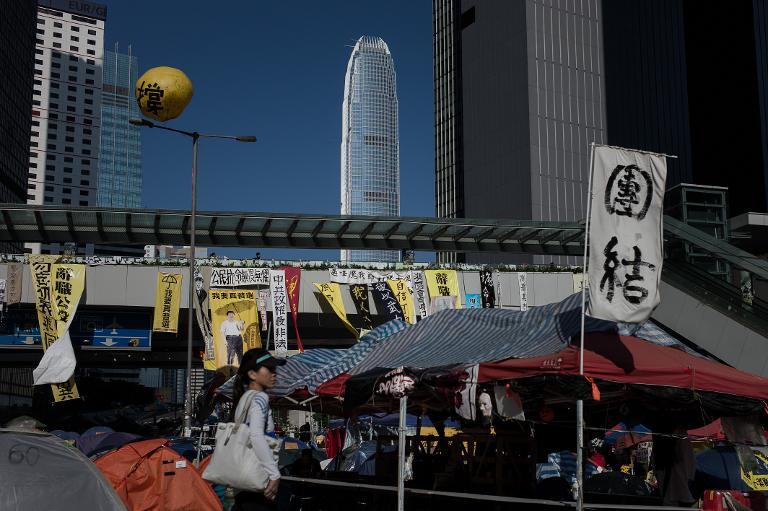 ثلاثة ناشطين في هونغ كونغ يبدأون إضرابا عن الطعام