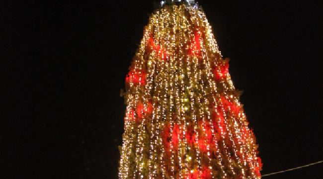 الآلاف في إضاءة شجرة عيد الميلاد في الناصرة
