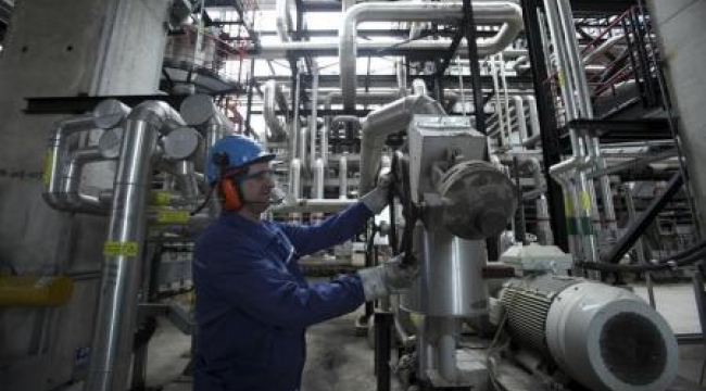 النفط يهوي 4% لأقل سعر في 5 أعوام بفعل تخمة المعروض