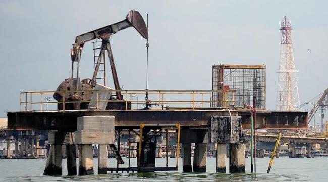 برميل النفط يقفل دون 60 دولارا في نيويورك للمرة الأولى منذ 2009