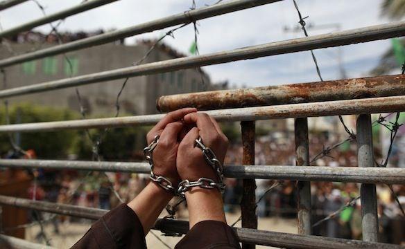 اعتقال زوجة أسير بزعم أنها حاولت تهريب 100 شريحة هاتف نقال