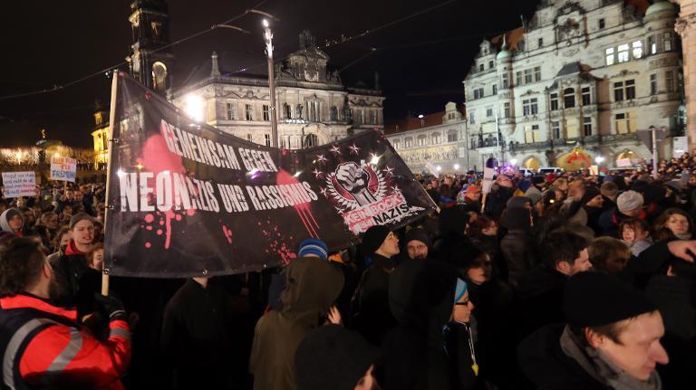 الآلاف في مظاهرتين ضد الإسلام وضد العنصرية