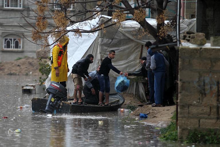 غزة: وفاة طفلين بسبب الصقيع والفيضانات تغرق عشرات المنازل