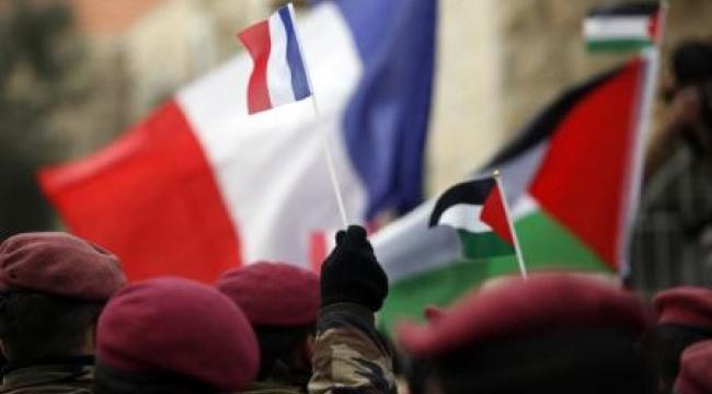 عشرات الفلسطينيين ينظمون وقفة تضامنية مع فرنسا وسط رام الله