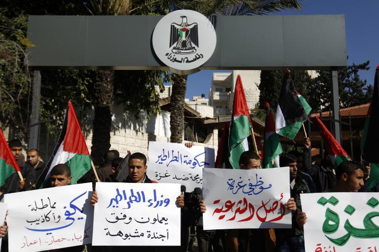غزة: مئات الموظفين يقتحمون مقر رئاسة حكومة التوافق