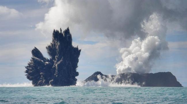 انفجار بركان تحت مياه المحيط الهادئ