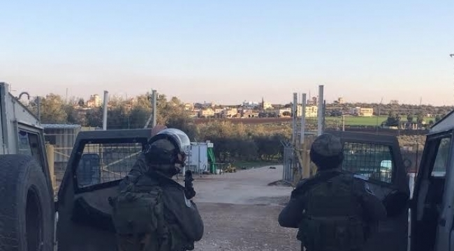 """قوات الاحتلال تعتقل 5 شبان فلسطينيين بحوزتهم """"مفرقعات"""" على حاجز سالم"""