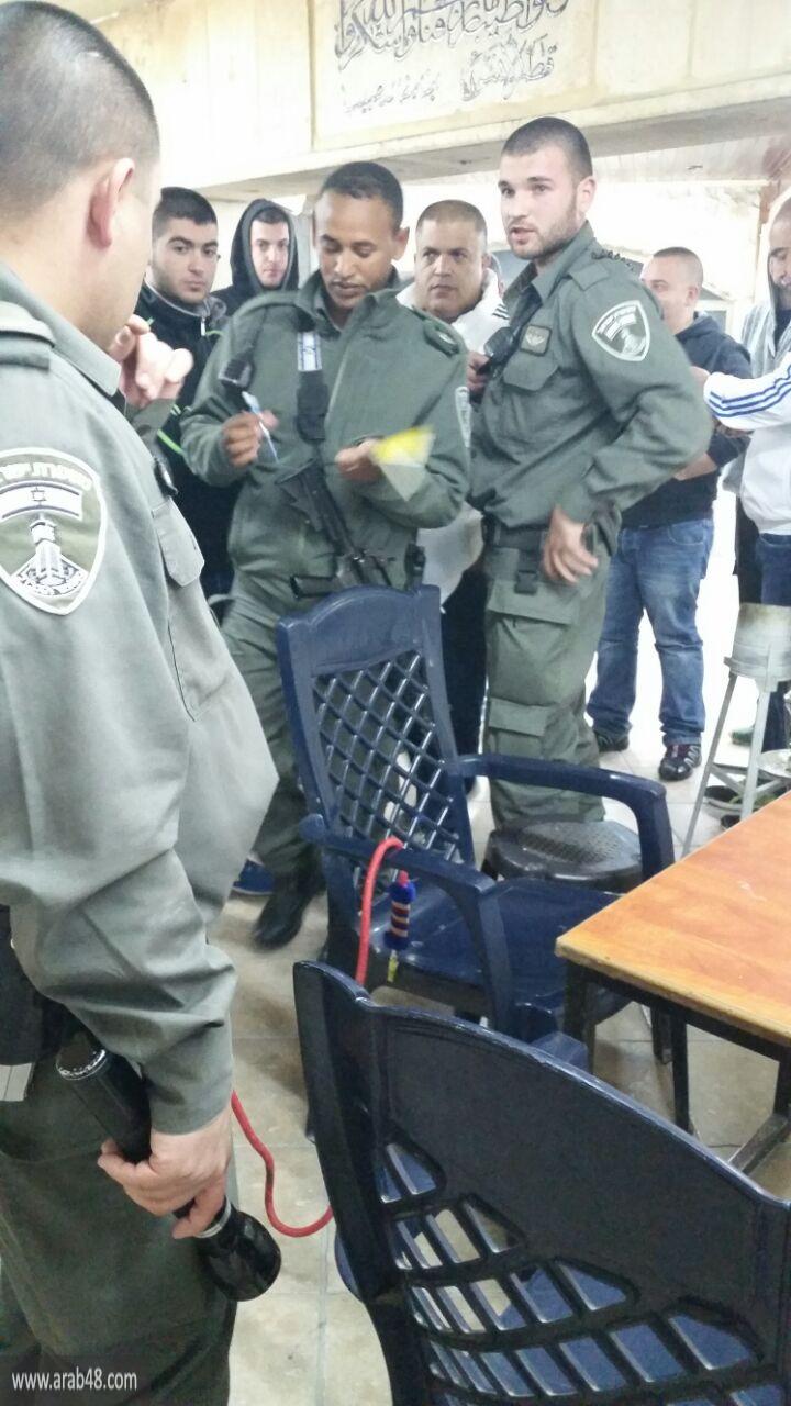 الشرطة تواصل تصرفاتها الاستفزازية بالطيبة وتقتحم مقهى