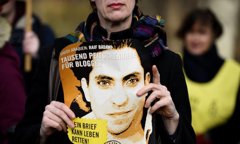 البرلمان الأوروبي يطلب الإفراج عن المدون السعودي رائف بدوي