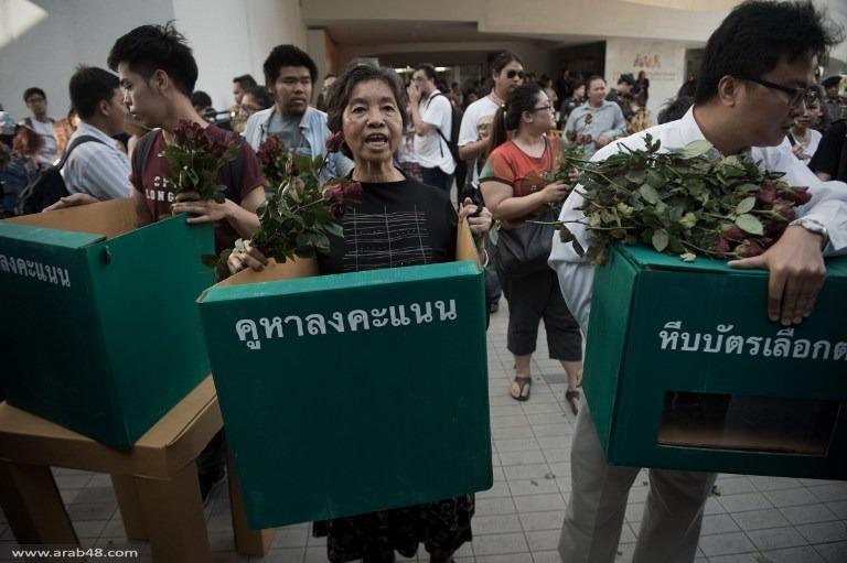 ورود وكتب في تظاهرة للمعارضين في تايلاند