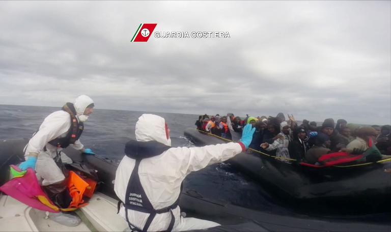 إنقاذ 600 مهاجر قبالة السواحل الإيطالية